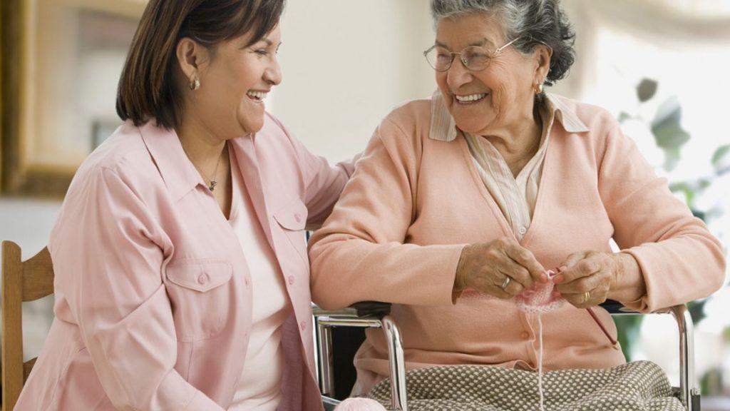 Sabemos que, a la hora de elegir un servicio de cuidado de adultos mayores, la confianza es asunto primordial. En Hatikva entrevistamos y analizamos a todas las cuidadoras y las ubicamos por pacientes según las necesidades que estos requieran. Contamos con acompañantes profesionales, durante todo el año y en cualquier franja horaria, cada una con basta experiencia como cuidadora para un adulto mayor.